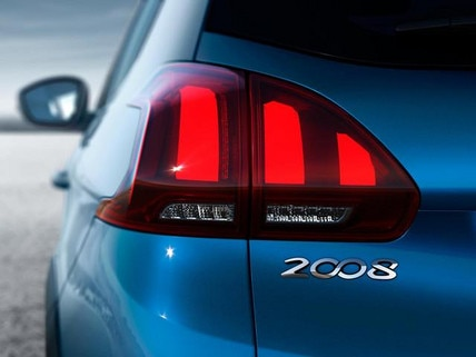 PEUGEOT 2008 SUV: rear lights with three high-tech 3D claws