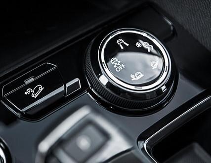 PEUGEOT 5008 SUV, 優れた走破性を生み出すのがアドバンスドグリップコントロールとマッド&スノータイヤのコンビネーション